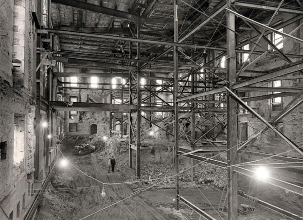 Interior da Casa Branca é visto completamente destruído durante a reforma na década de 1940 (Foto: National Archives and Records Administration/Flickr)