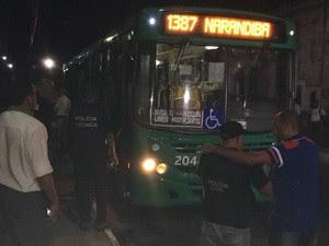Ônibus alvo de assalto na região da BR-324, nesta quinta-feira (27), em Salvador (Foto: Giana Mattiazzi/Tv Bahia)
