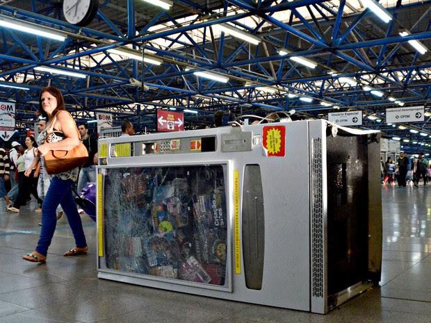 Máquina de livro destruída na Estação Barra Funda nesta quarta-feira (25) (Foto: J. Duran Machfee/Estadão Conteúdo)