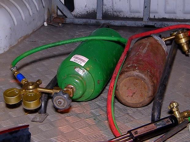 Maçaricos, usados para cortar os veículos, foram encontrados no galpão (Foto: Reprodução/Inter TV Cabugi)