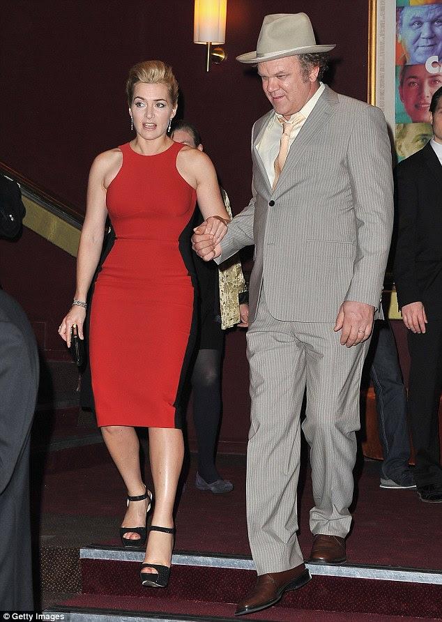 Dando-lhe a mão: Fellow Carnage ator John C. Reilly Kate ajudou a descer as escadas