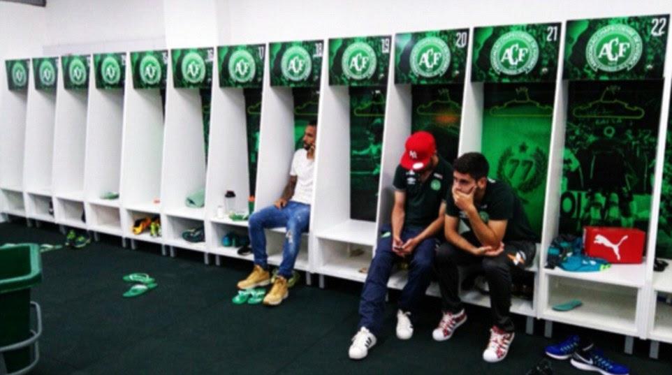 imagens comoventes também surgiram on-line mostrando jogadores devastados que não estavam viajando com a equipe sentada na sala de clube mudando vazia