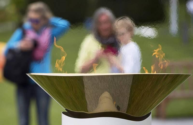 La llama olímpica prende en el pebetero de Lausana, donde ha hecho una parada antes de poner rumbo a Brasil.