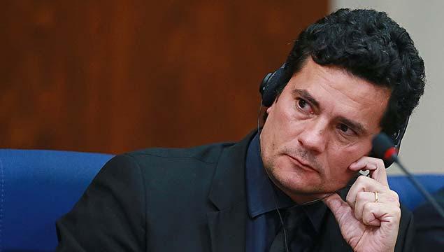 GALERIA DILMA ROUSSEFF: MANDATOS E CRISE - No mesmo dia em que Lula aceita convite de Dilma para ser ministro da Casa Civil, juiz Sergio Moro divulga conversa de ambos grampeada. No áudio, Dilma diz que vai enviar termo de posse a Lula para caso de necessidade. Como ministro, Lula teria foro privilegiado e sua prisão precisaria de autorização do STF; na imagem do dia 29 de março, Moro em simpósio sobre a Lava Jato