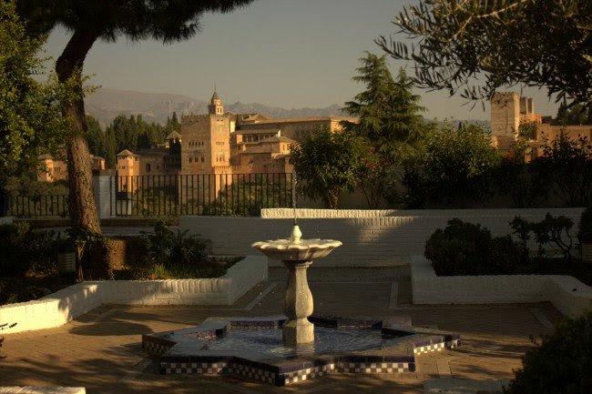 Jardines exteriores de la Mezquita Mayor de Granada, frente a la Alhambra. Foto: Alba Asenjo