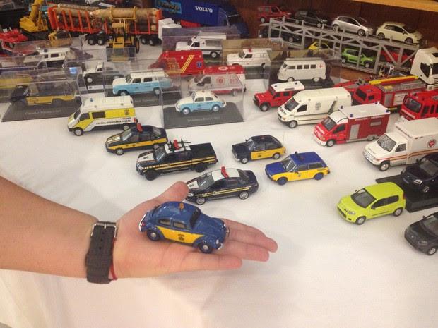 Colecionador com miniatura de veículo da Polícia Rodoviária Federal (Foto: John Pacheco/G1)