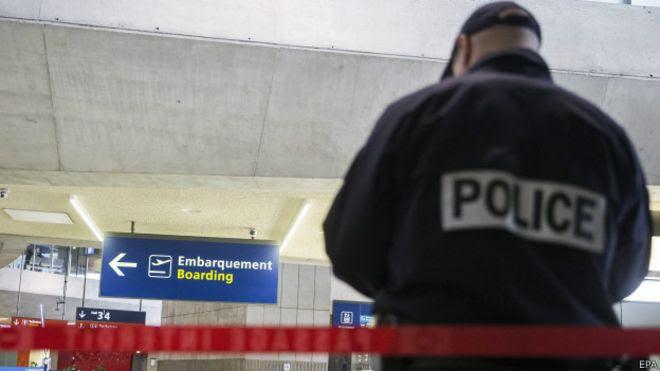 Policia en aeropuerto de París