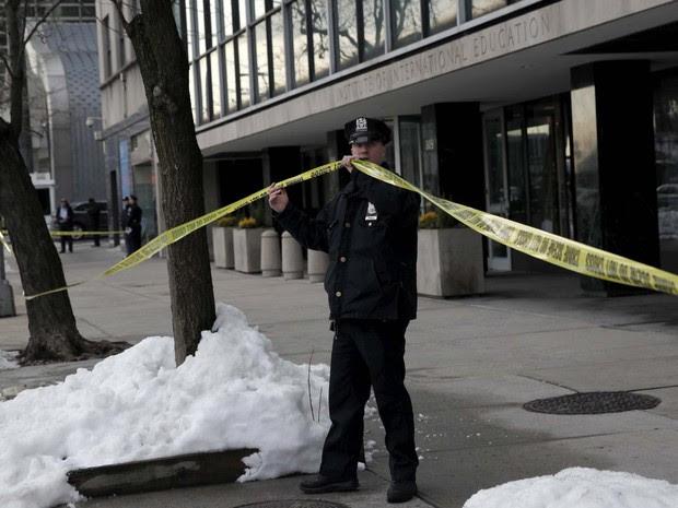 Policial isola prédio em que foi encontrado um pacote suspeito nesta terça-feira (26) em Nova York (Foto: REUTERS/Mike Segar)