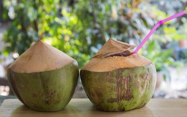 1. Água de coco: É fonte de sódio, magnésio, potássio e fósforo. Ajuda na reposição de minerais perdidos durante as festas e atua como poderoso hidratante. Foto: Thinkstock/Getty Images