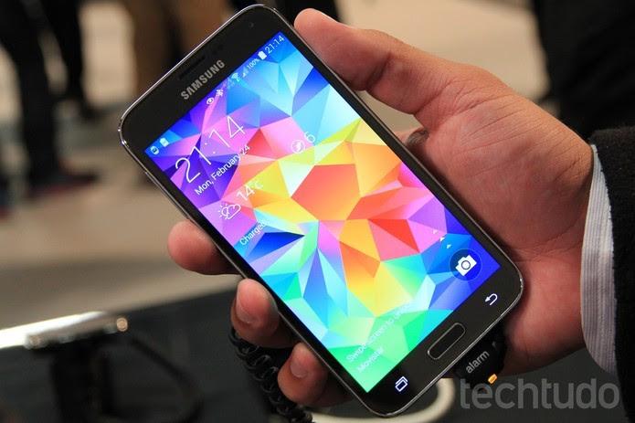 O Galaxy S5 usa tampas de borracha para impedir a entrada de água (Foto: Isadora Díaz/TechTudo)