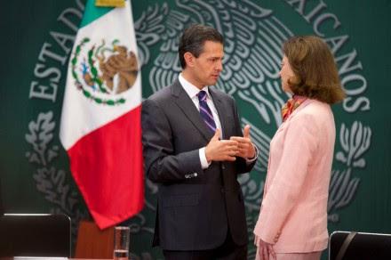 El titular del Ejecutivo, Enrique Peña y la presidenta de la comisión ejecutiva de atención a víctimas, Olga Noriega. Foto: Presidencia