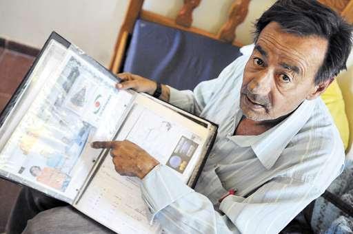 Ismael Varella carrega sempre uma pasta com os contratos de trabalho, além de recortes e fotografias das dublagens que fez (Bruno Peres/CB/D.A Press)