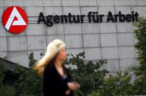 Una mujer pasa junto a la Agencia Federal de Empleo en Colonia (Alemania).EFE