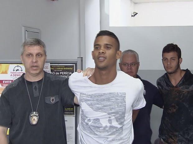 Suspeito de participar de ação sorriu ao ser apresentado em delegacia (Foto: Reprodução / TV Tribuna)