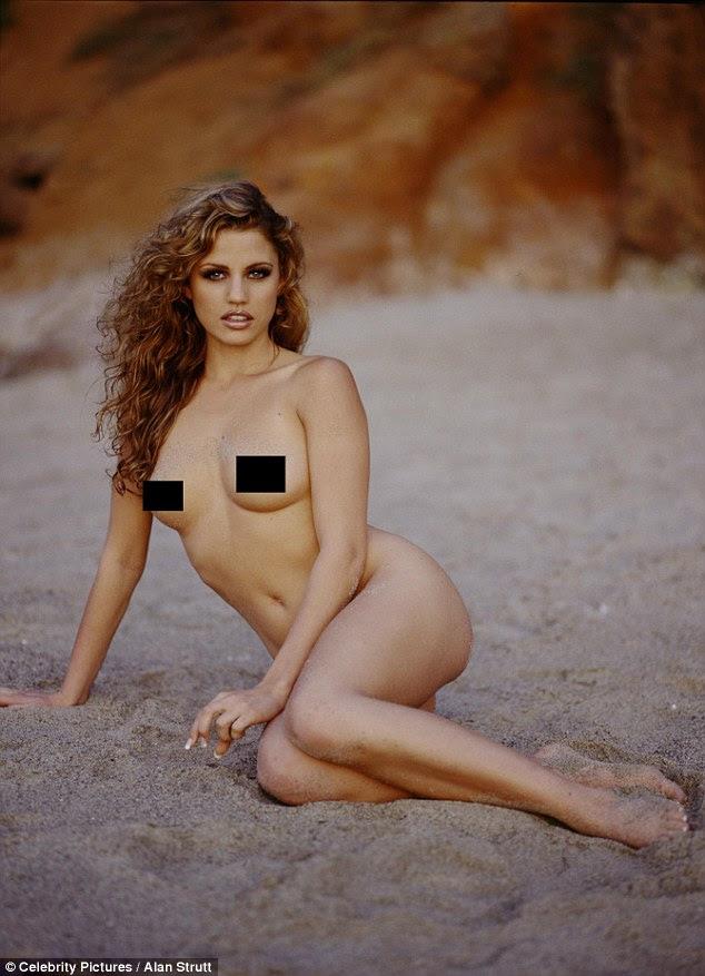 Desafio a nu: Indo completamente despido, o então 19-year-old mostrou fora sua beleza natural ao encontrar-se na praia