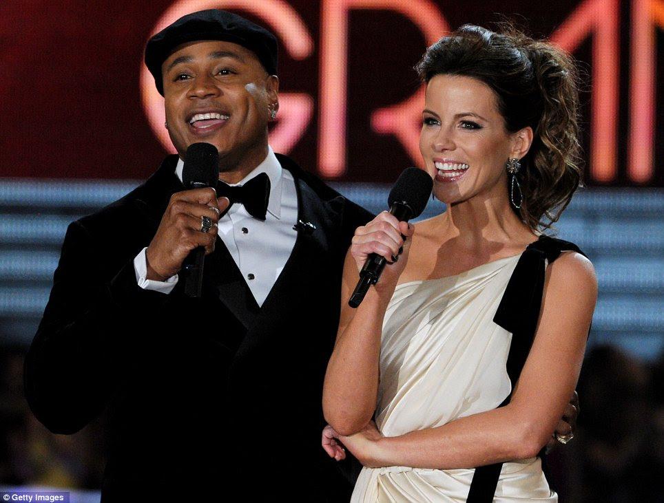 Doces do braço: LL Cool J, que sediou o evento, teve um momento no palco com a atriz Kate Beckinsale, que usava um vestido inspirado Grecian