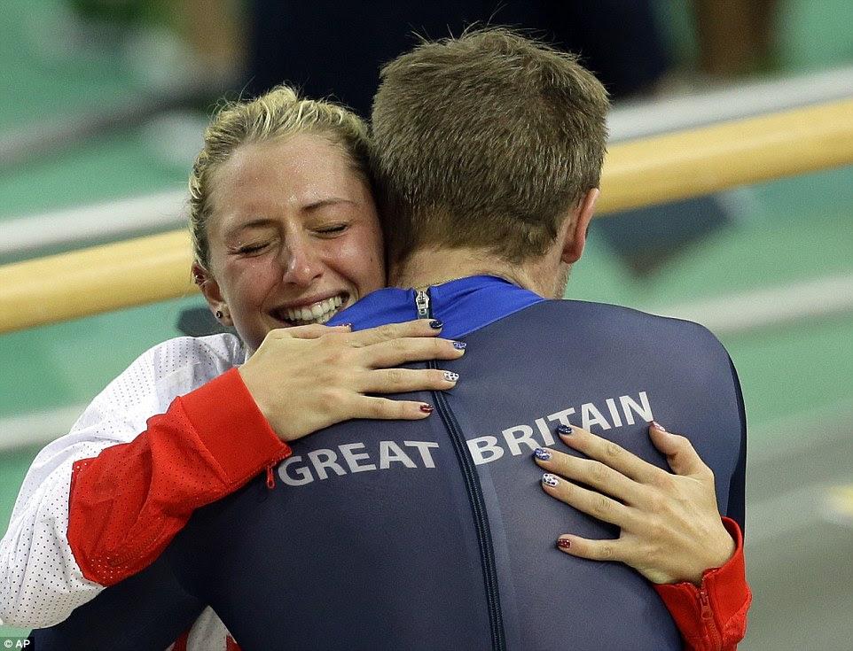 casal de ouro da Grã-Bretanha Jason Kenny e Laura Trott abraço após o ex Ganhou Final keirin um controverso dos homens