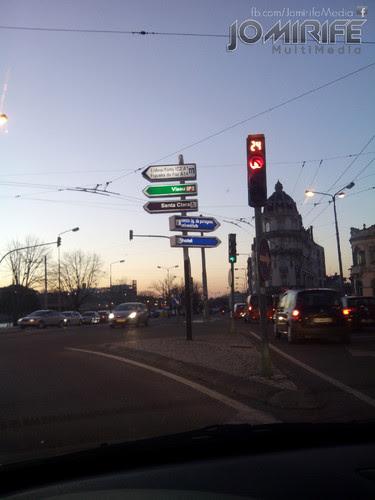 Semáforo na Praça da Portagem em Coimbra ao final do dia