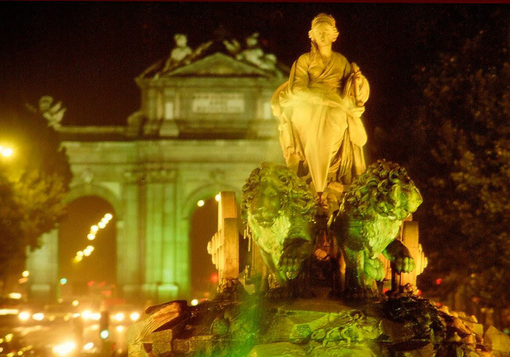 La fuente de Cibeles escoltada por la Puerta de Alcalá