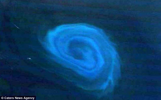 Olhar mais atento: Um detalhe da foto mostra o eddy Terra está girando anti-horário - com a água em torno dele se tornar um azul mais profundo quanto mais longe estiver do centro