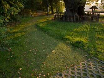 amenager ma maison cr er une all e de jardin avec des dalles engazonner. Black Bedroom Furniture Sets. Home Design Ideas