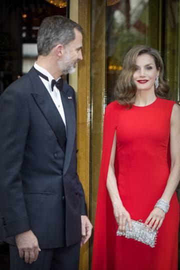 Don Felipe y doña Letizia, saliendo del hotel para la cena de Guillermo de Holanda.