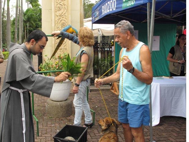 Frei Marcelo abençoa a arara Farofa e o cachorro Lula (Foto: Lilian Quaino/G1)