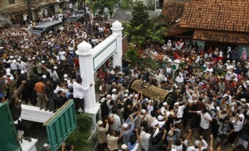 Indonesian Muslims carry a coffin of Bali bomber Imam Samudra in Serang, Banten province, Indonesia, Sunday Nov. 9, 2008. Indonesia executed Samudra, 38, and brothers Amrozi Nurhasyim, 47, and Ali Ghufron, 48, Saturday for helping plan and carry out the 2002 Bali bombings that killed 202 people, many of them foreign tourists. (AP Photo/Achmad Ibrahim)