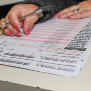 26.out.2013 - Inscrita preenche lista de presença do 1º dia de prova do Enem, na PUC, em Curitiba