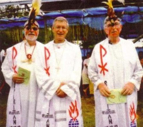 Nuevas misas con sacerdotes vestidos con trajes nativos paganos
