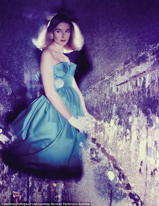 Vogue 1957 Tania Mallet vestindo Susan Pequenas