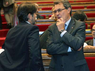El presidente de la Generalitat de Cataluña, Artur Mas y el portavoz de CiU, Oriol Pujol, esta tarde en el Parlament. EFE