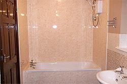 Стены ванной отделанные ПВХ панелями (фото)