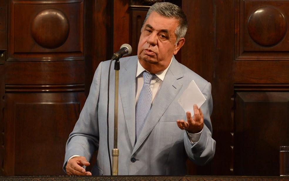 O presidente da Assembleia Legislativa do RJ, Jorge Picciani, discursa após operação da PF (Foto: Armando Paiva/AGIF/Estadão Conteúdo)