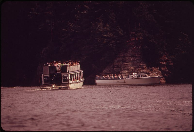 File:BOATING ON THE WISCONSIN RIVER AT WISCONSIN DELLS, A POPULAR RECREATION AREA - NARA - 550825.jpg