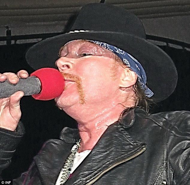 O que aconteceu: Guns N Roses Axl Rose olhou com cara inchada como ele se apresentou em Los Angeles ontem à noite