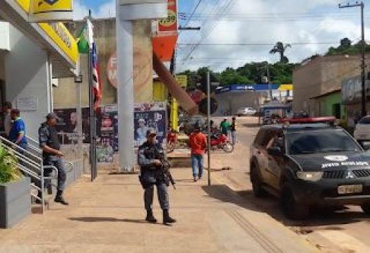 Bandidos invadem Banco do Brasil pelo telhado em....