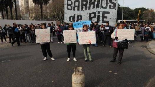 En la calle. los piqueteros, ayer, en la esquina de paseo colon e hipolito irigoyen, justo frente al ministerio de planificacion.