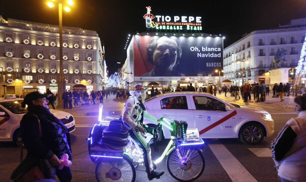 El cartel promocional de 'Narcos', al fondo, en la Puerta del Sol.
