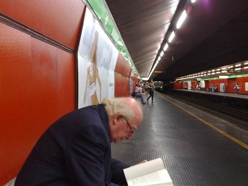 Attesa metro con libro by durishti