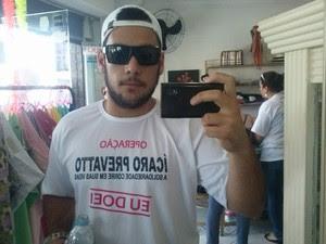 Parente de Ícaro, Pedro Abreu usa camisa que ajuda na divulgação.  (Foto: Pedro Abreu/Arquivo pessoal)