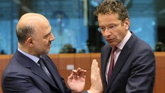 El comissari d'Afers Econòmics, Pierre Moscovici, i el president de l'Eurogrup, Jeroen Dijsselbloem, durant la reunió d'aquest dilluns de l'Eurogrup (EFE)