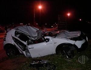 Carro que goleiro dirigia ficou destruído (Foto: Reprodução/Inter TV Cabugi)