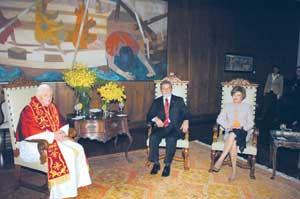 Benedicto XVI durante el encuentro con el presidente Lula y su mujer en el Palácio dos Bandeirantes, en São Paulo, el 10 de mayo de 2007