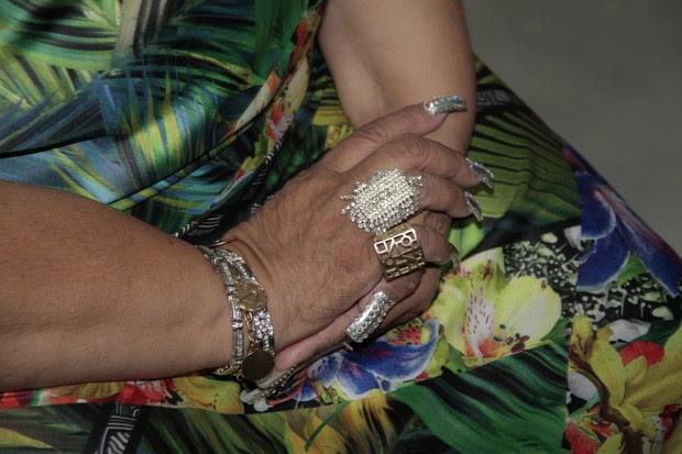 Detalhe das unhas postiças de Alcione (Foto: Isac Luz/EGO)