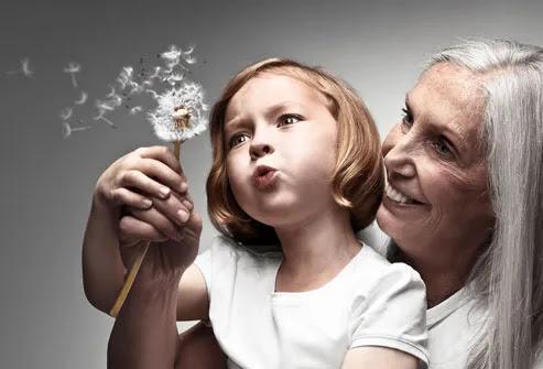 Avó e neto de-leão de sopro