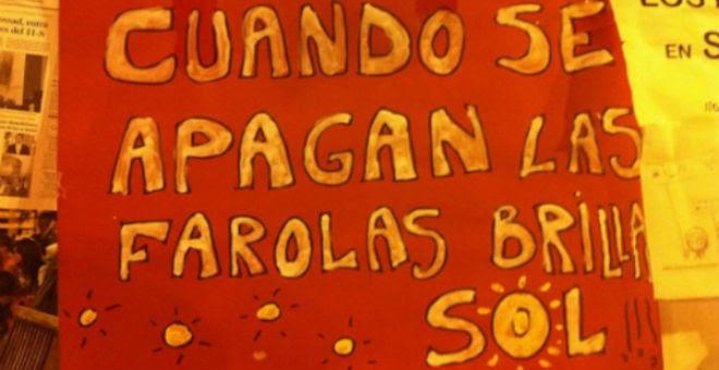 """""""Cuando se apagan las farolas brilla sol"""" reza este cartel del 15-M."""