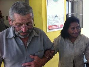 Pais da dentista chegam ao velório (Foto: Glauco Araújo/G1)