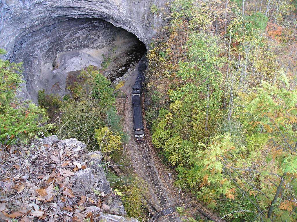 Sebagian besar Terowongan yakni kreasi insan yang sering menembus  gunung dan bukit Terowongan-Terowongan yang Unik di Dunia