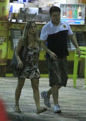 Renata caminha com amigo na orla do Leblon, Zona Sul do Rio (Foto: Delson Silva/ Ag. News)